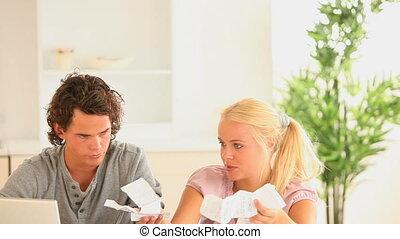 couple, vérification, leur, acco, jeune
