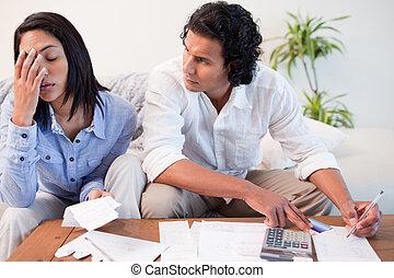 couple, vérification, leur, factures