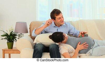 couple, ventre, femme enceinte, jouer
