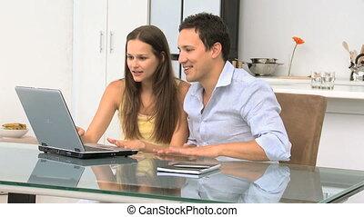 couple, vidéos, leur, regarder, pc