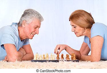 couple, vieux, jouant échecs