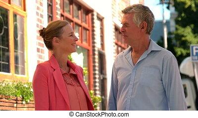 couple, ville, bavarder, personne agee