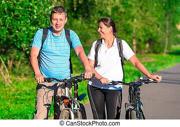 couple, voyager bicyclette, dans, a, parc, dans, les, matin