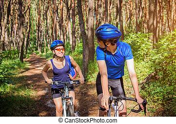 couple, voyager bicyclette, dans, les, forêt