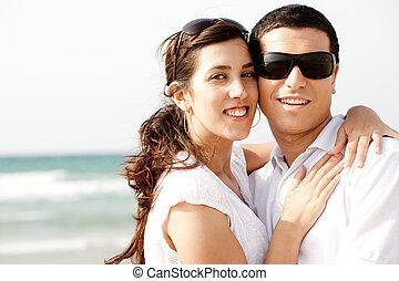 coupleholding, romantico, eachother, mentre, sorridente, spiaggia