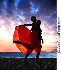 coupler danse, à, coucher soleil