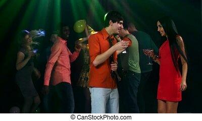 coupler danse, compagnie, gai, arrière-plan., amusement, tintement, amis, avoir, lunettes