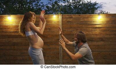 coupler danse, elle, femme, house., arrière-cour, attente, pregnant, baby., mari
