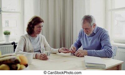 couples aînés, à, fauteuil roulant, reposer table, chez soi,...