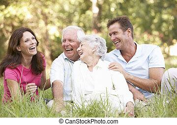 couples aînés, à, grandi, enfants, dans parc