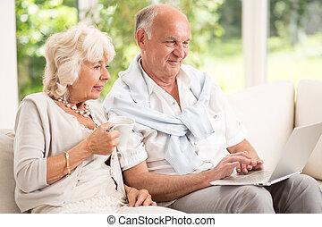 couples aînés, à, ordinateur portable
