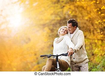 couples aînés, à, vélo, dans, automne, parc