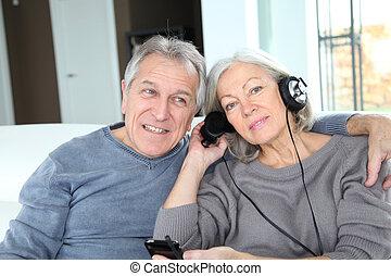 couples aînés, écouter musique, à, écouteurs
