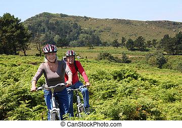 couples aînés, équitation, vélo tout terrain, dans, naturel, paysage