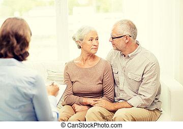 couples aînés, étreindre, chez soi
