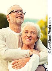 couples aînés, étreindre, dans parc