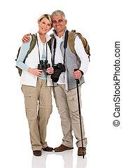 couples aînés, étreindre, randonnée