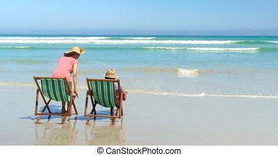 couples aînés, actif, africaine, vue, arrière, transat, délassant, américain, 4k, chapeau, plage