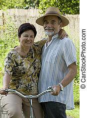 couples aînés, aller bicyclette