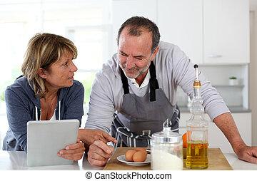 couples aînés, amusant, dans, cuisine maison