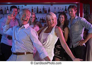 couples aînés, amusant, dans, occupé, barre