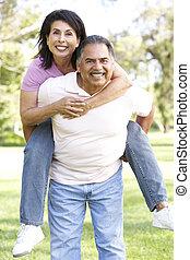 couples aînés, amusant, dans parc