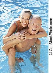 couples aînés, amusant, dans, piscine