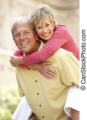 couples aînés, amusant, dans, ville