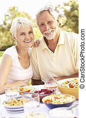 couples aînés, apprécier, jardin, repas