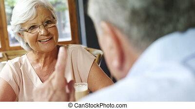 couples aînés, avoir, café, discussion, 4k