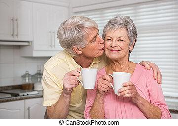 couples aînés, avoir café, ensemble