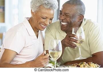 couples aînés, avoir déjeuner, ensemble, à, a, restaurant