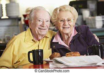 couples aînés, avoir, matin, thé, ensemble