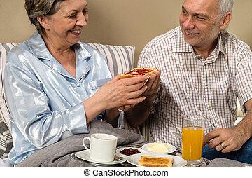 couples aînés, avoir, romantique, matin, petit déjeuner