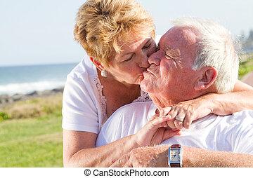 couples aînés, baiser