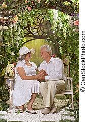 couples aînés, banc jardin
