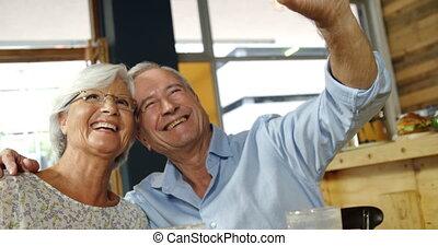 couples aînés, café, selfie, 4k, prendre