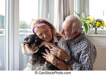couples aînés, chien, heureux