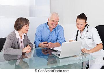 couples aînés, consultant, docteur