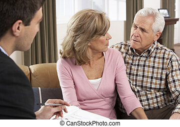 couples aînés, conversation, à, conseiller financier