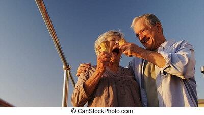 couples aînés, crème, avoir, glace, promenade, 4k