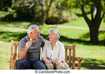 couples aînés, crème, banc, glace, manger