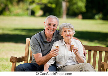 couples aînés, crème, glace, manger, o