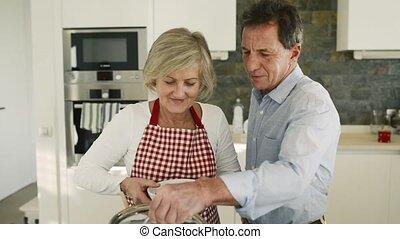 couples aînés, cuisine, ensemble., cuisine