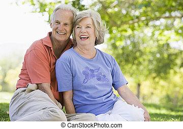 couples aînés, délassant, dans parc
