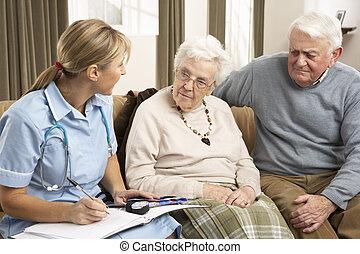 couples aînés, dans, discussion, à, visiteur santé, chez soi