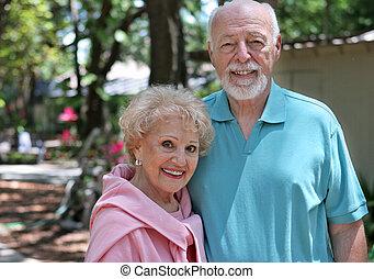 couples aînés, dans, jardin