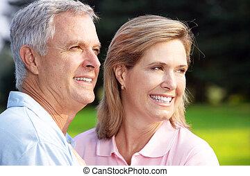 couples aînés, dans parc