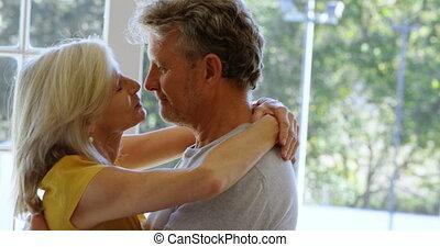 couples aînés, danse, maison, porche, 4k
