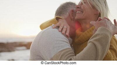 couples aînés, danse, plage, heureux